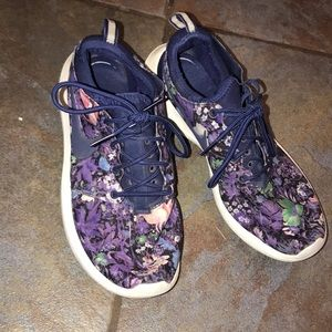 Size 8.5 women's Nike Rosches.